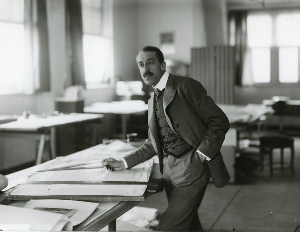 Henry van de Velde, dans son atelier à Weimar en 1906. Photographie Louis Held (Fonds Henry Van de Velde, dépôt de la KBR aux AML)